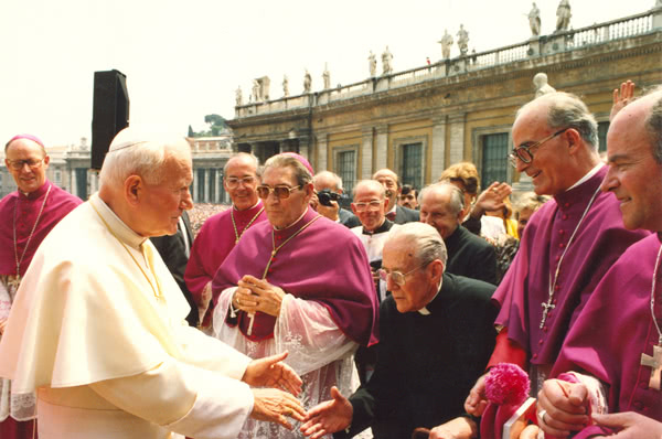Don Pedro Casciaro saluda a san Juan Pablo II durante la beatificación de san Josemaría