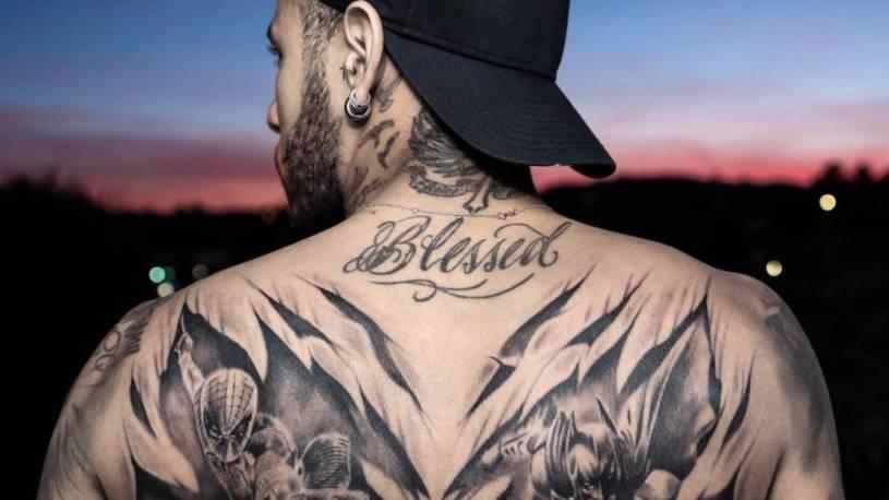 Tatuaje de Neymar, con Batman y el Hombre Araña