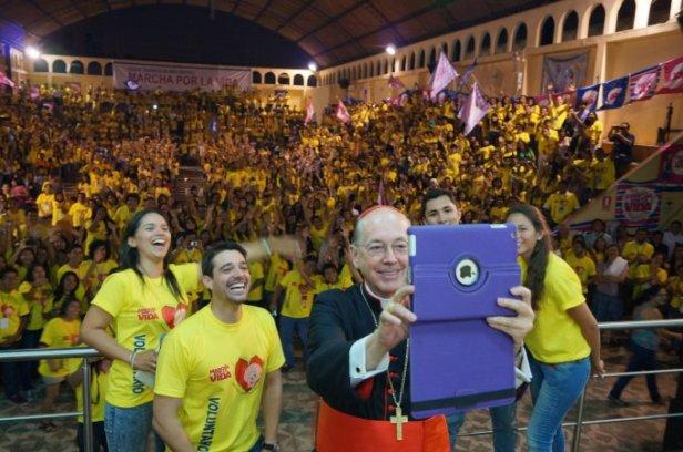 Cardenal Cipriani con voluntarios de la Marcha por la Vida
