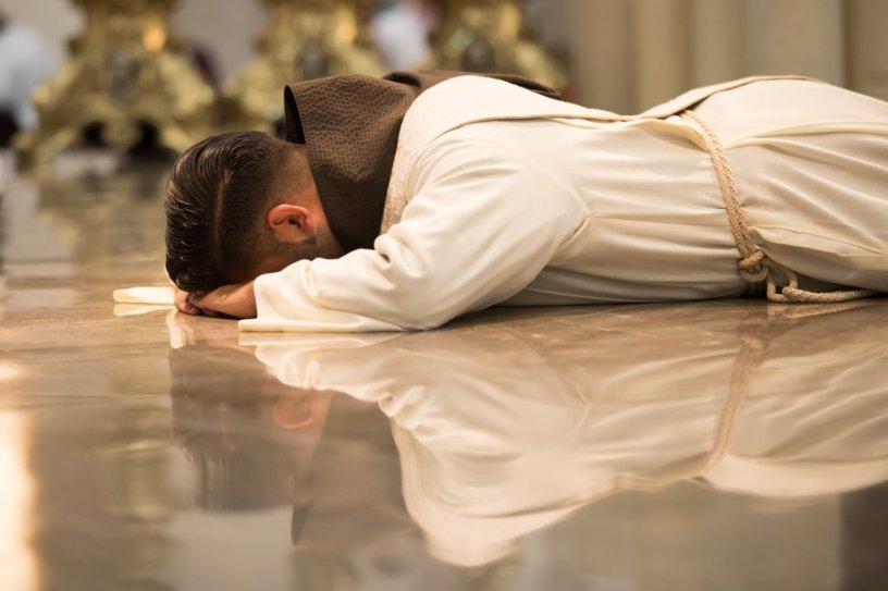 """""""Me postré consciente de mi nada, me levanté sacerdote"""""""
